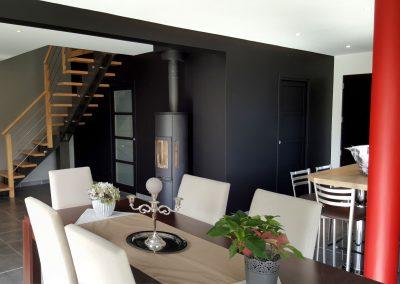 Bretagne - Cuisine noire, table, escalier