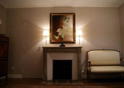 Chambre grise, axe du lit, cheminée et portrait