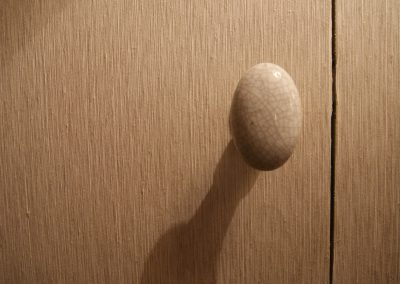 Chambre grise, détail poignée de porte