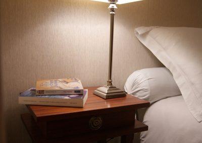Chambre grise, lampe de chevet