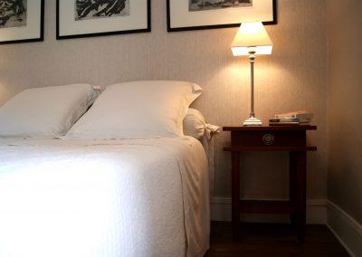Chambre grise et lampe de chevet