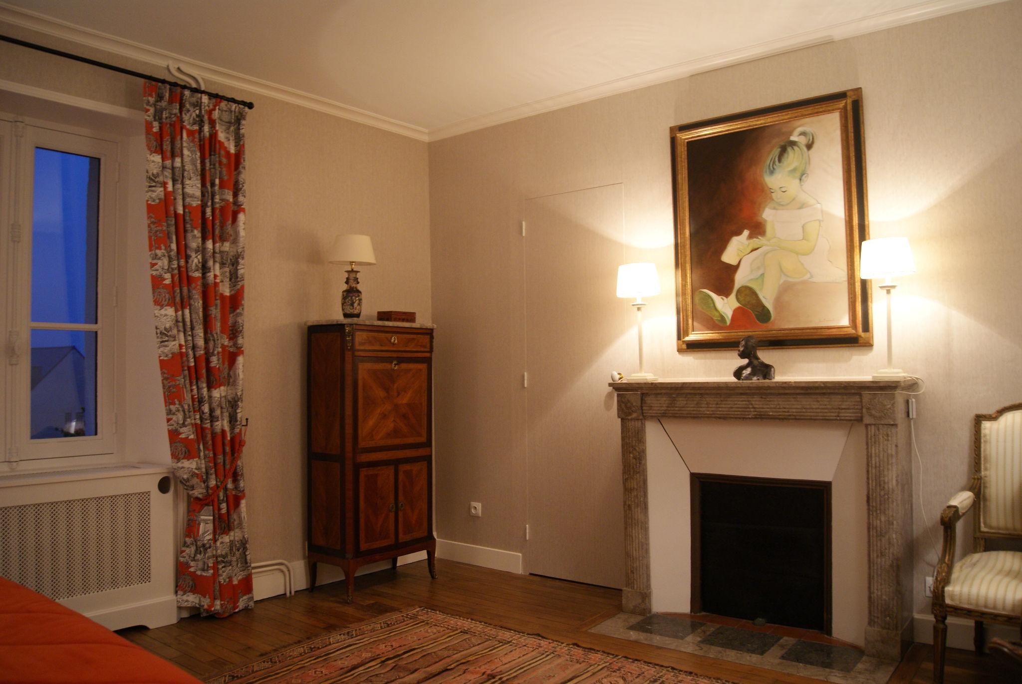 Chambre grise - Porte dérobée et cheminée