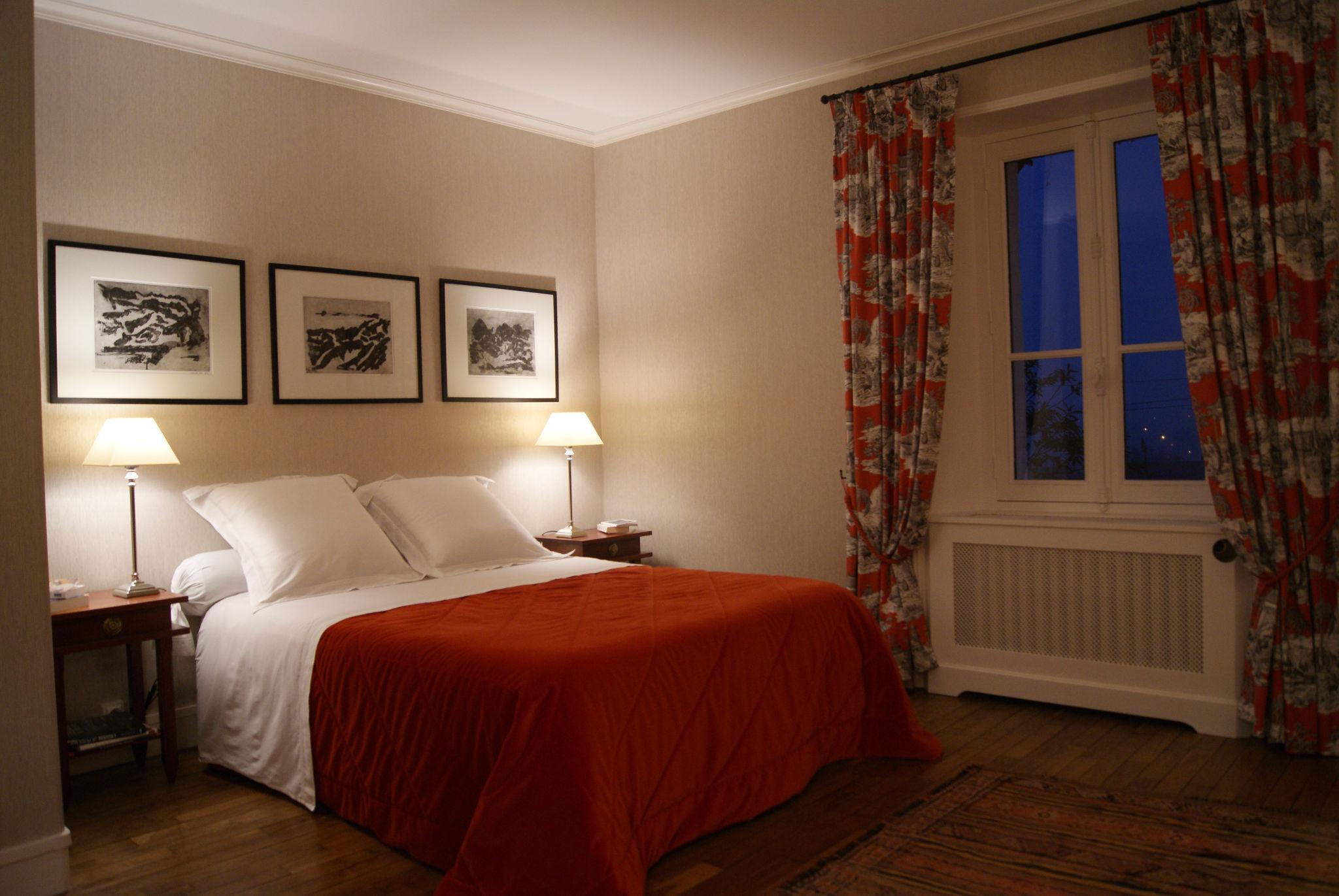 Chambre grise - Lit double et lampes de chevet