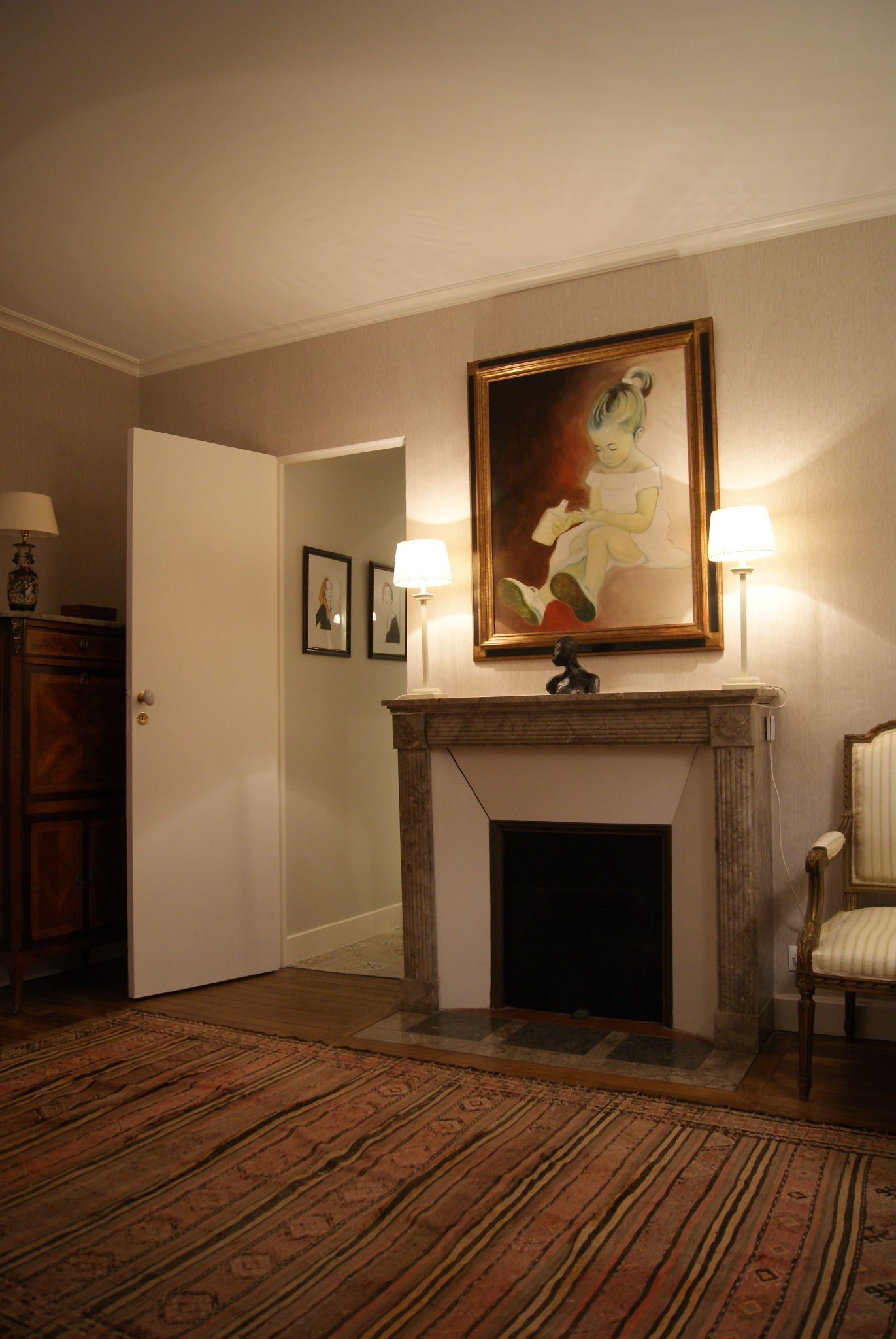Chambre grise - Cheminée, portrait, porte dérobée et lampes de chevet