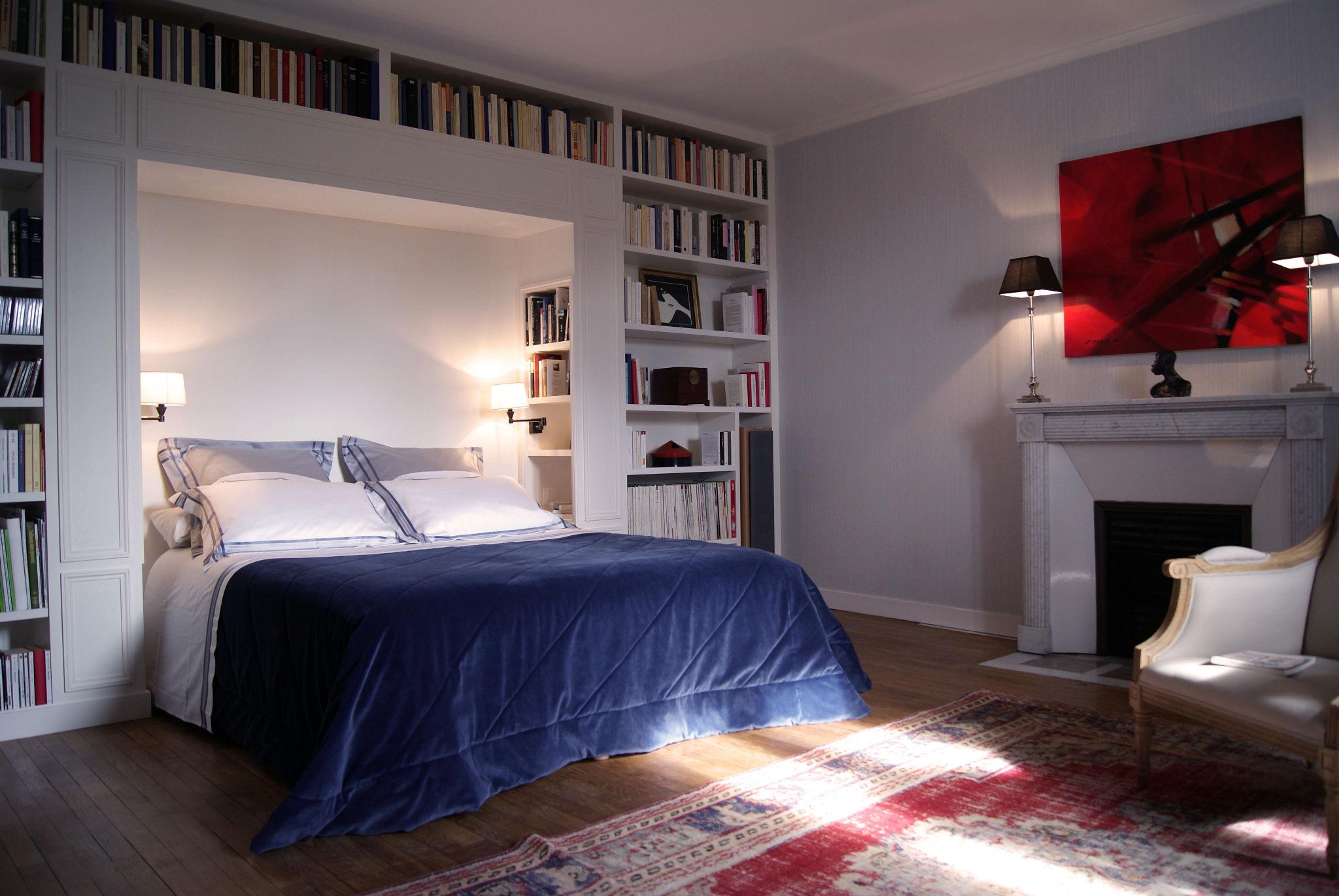 Suite parentale - Lit double, bibliothèque, cheminée et lampes artisanales