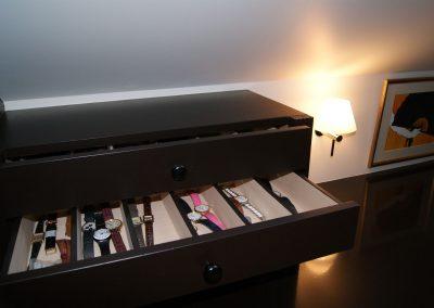 Dressing, tiroir montres et applique, détail