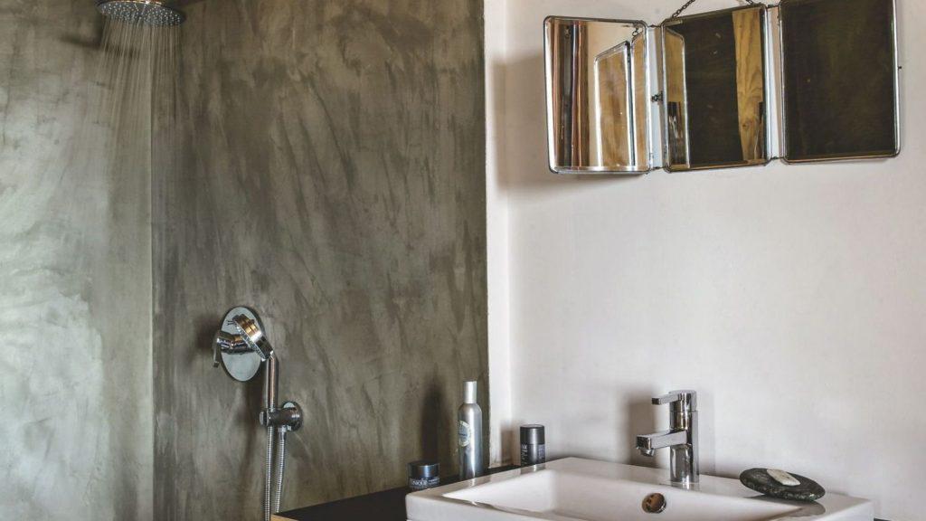 Article maison corse salle de bains, douche à l'italienne paysage
