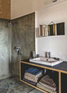Dans une maison en Corse, cette salle d'eau a été pensée de façon simple et économique.